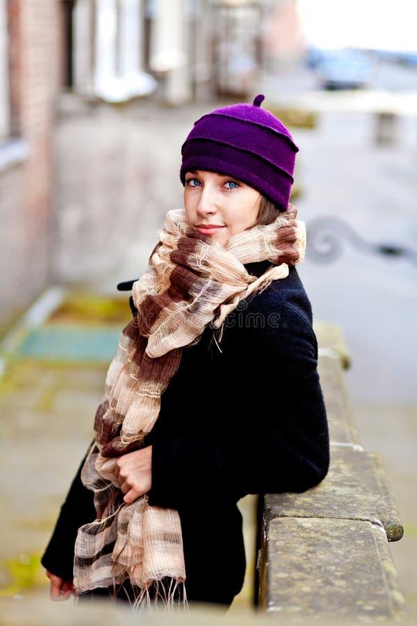 Frau auf der Straße alleine lizenzfreies stockbild
