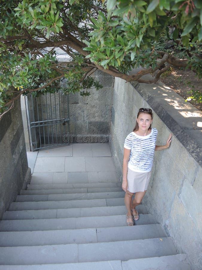 Frau auf der Treppe lizenzfreie stockbilder