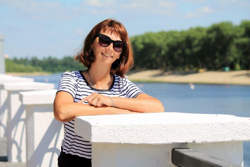 Frau auf der Ufergegend stockbilder