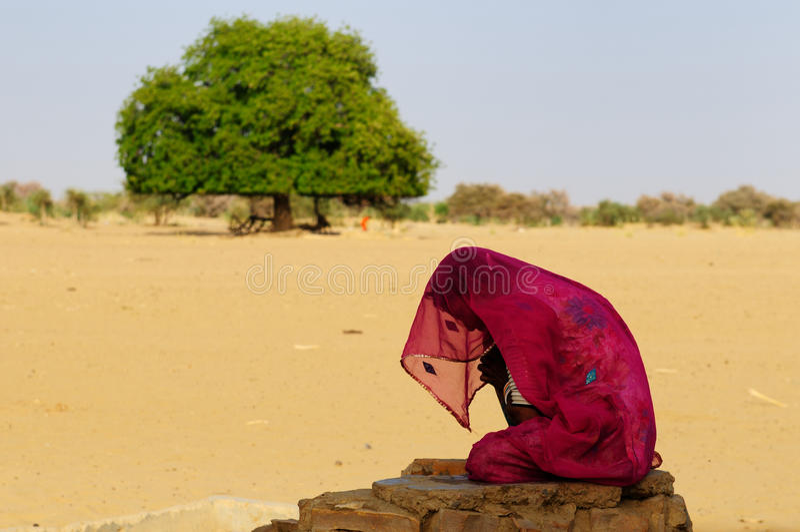 Frau auf der Wüste lizenzfreie stockfotografie