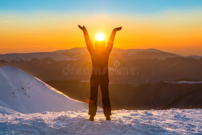 Frau auf die Oberseite des Winterberges stockfoto