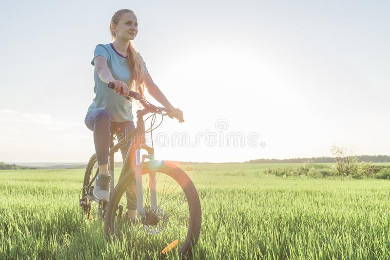 Frau auf einem Fahrrad stockfotos
