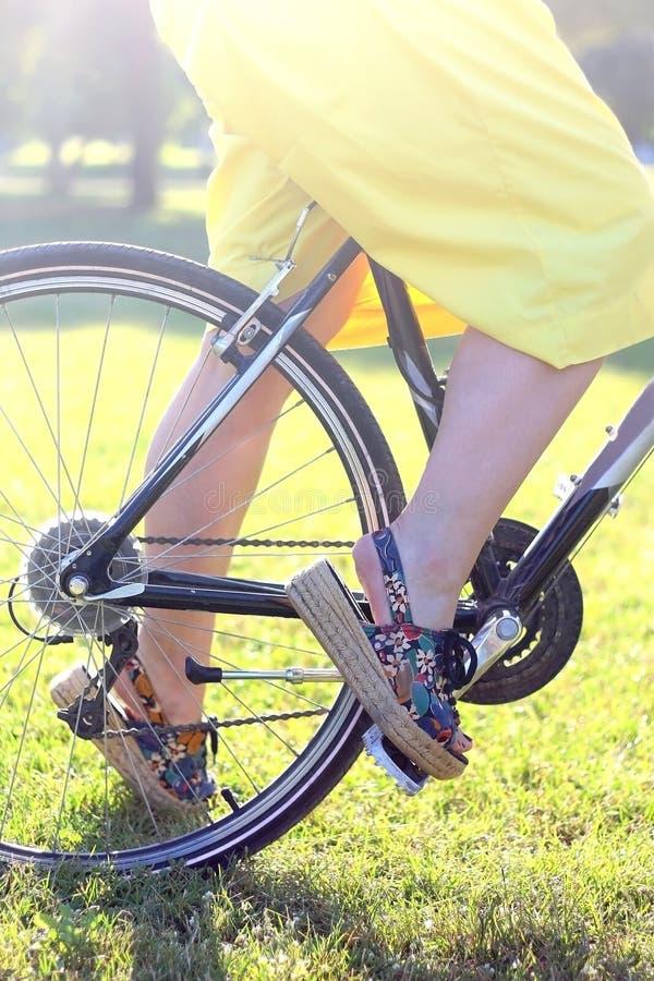 Frau auf einem Fahrrad lizenzfreie stockfotos