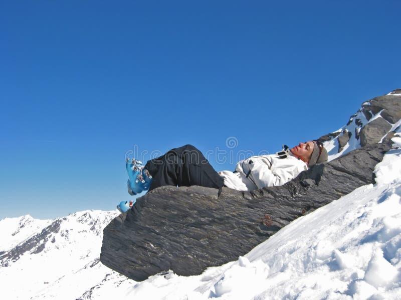 Frau auf einem Felsen mit skiwears stockfotos