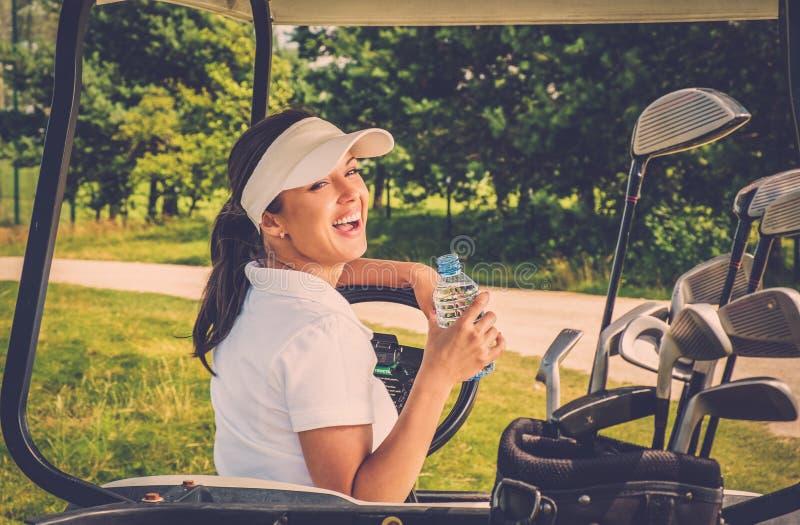 Frau auf einem Golffeld lizenzfreie stockfotografie