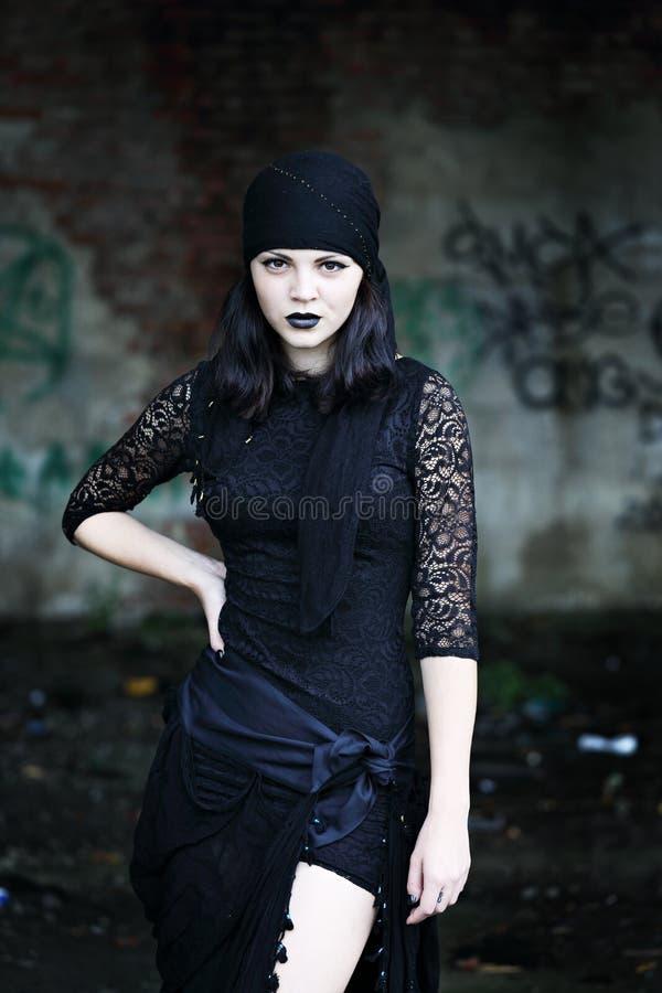 Frau auf einem Hintergrund eines ruinierten Gebäudes lizenzfreie stockfotografie
