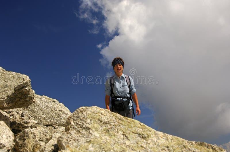 Frau auf einem wandernden Ausflug in den Alpen stockfotos