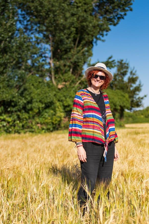 Frau auf einem Weizengebiet stockbilder