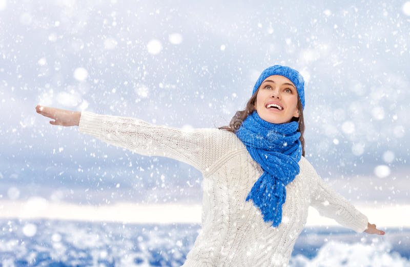 Frau auf einem Winterweg lizenzfreies stockfoto