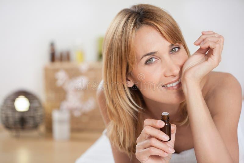 Frau auf einer Bankmassage lizenzfreie stockbilder