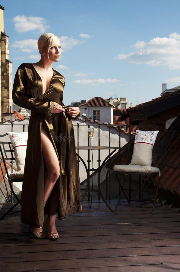 Frau auf einer Dachterrasse stockbild