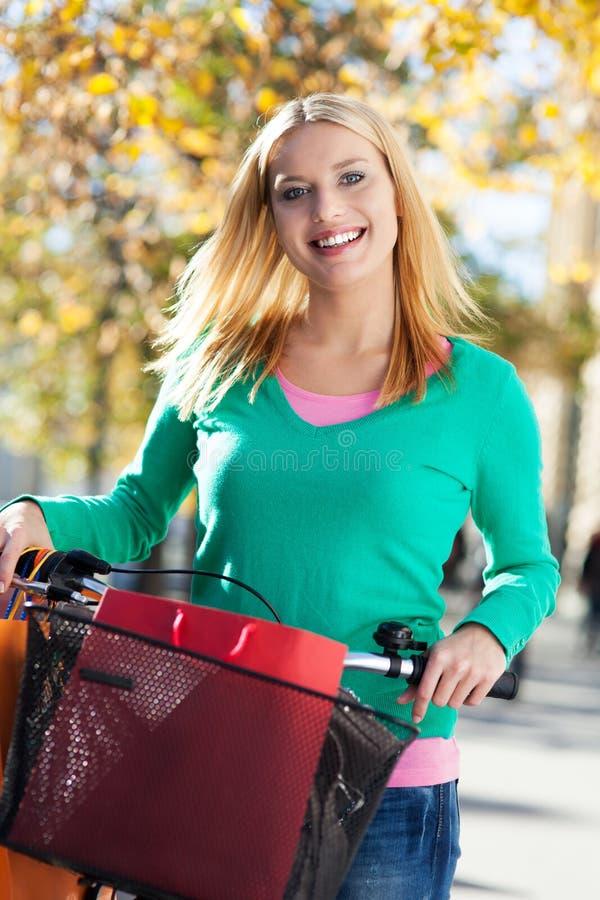 Download Frau Auf Fahrrad Mit Einkaufenbeuteln Stockbild - Bild von portrait, spaß: 27727569