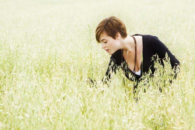 Frau auf Feld lizenzfreie stockfotografie