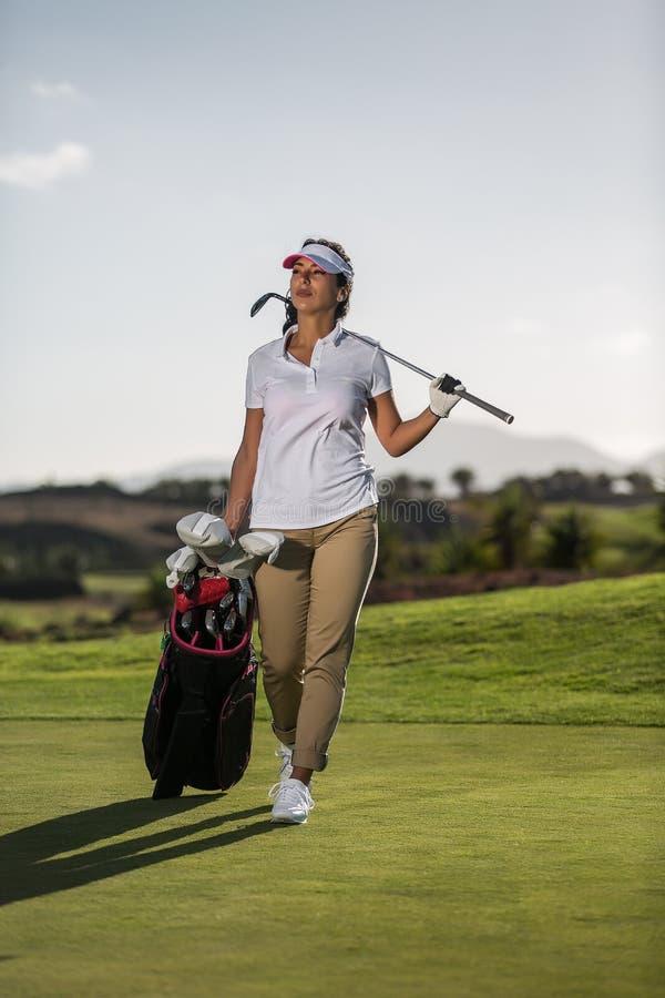 Frau auf Feld mit Golffahrer lizenzfreies stockbild