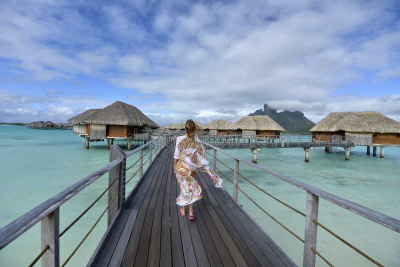 Frau auf Ferien in Bora-bora lizenzfreie stockfotografie