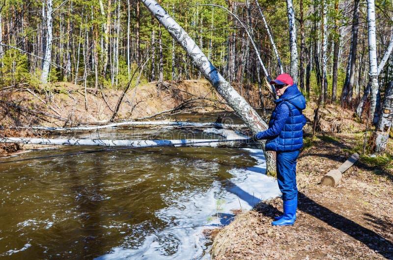 Frau auf Fischen im Frühjahr stockbild