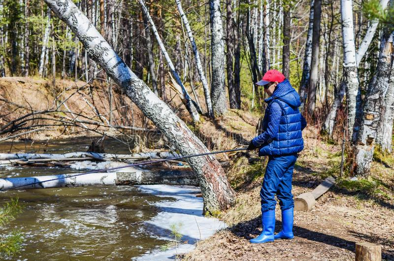 Frau auf Fischen im Frühjahr stockfotografie