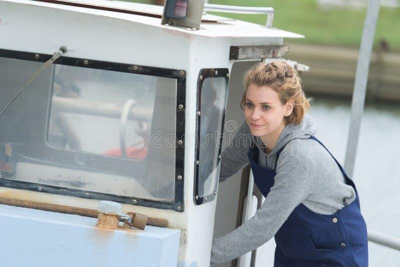 Frau auf Fischereifahrzeug stockfotos