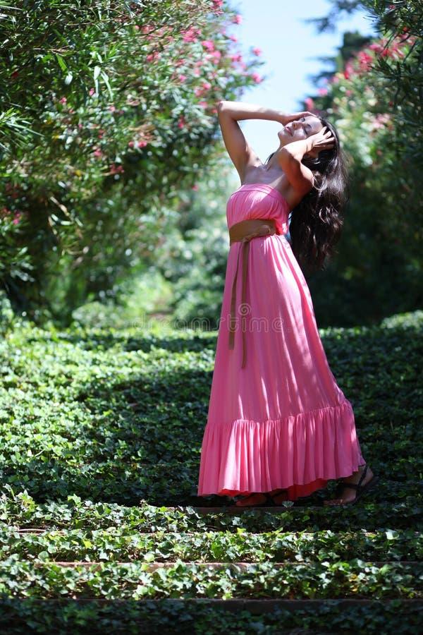 Frau auf Gartengrüntreppe stockbilder