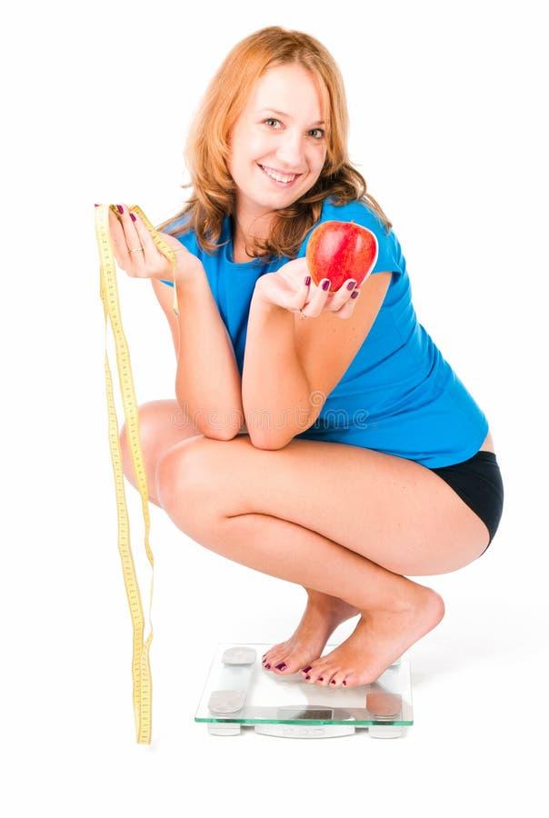 Frau auf Gewichtskala stockfotos