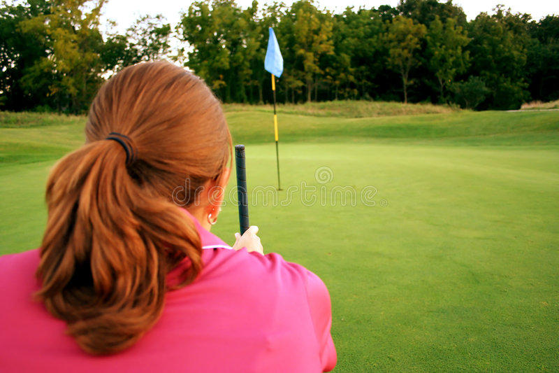 Frau auf Golfplatz stockfotografie