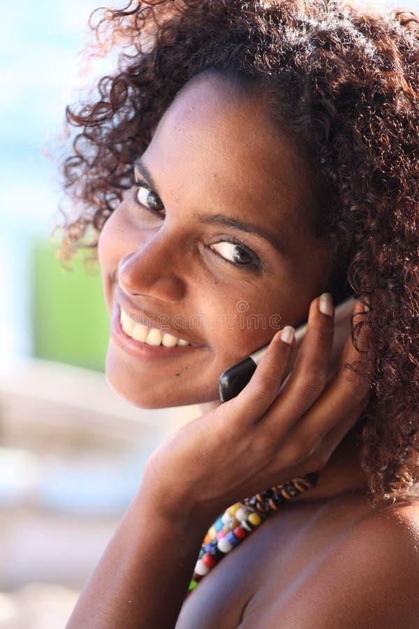 Frau auf Handy lizenzfreie stockfotos