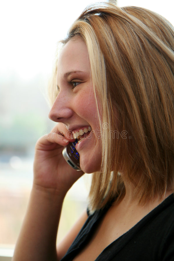 Frau auf Handy stockbild