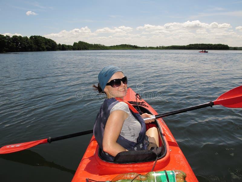Frau auf Kajak lizenzfreie stockfotografie