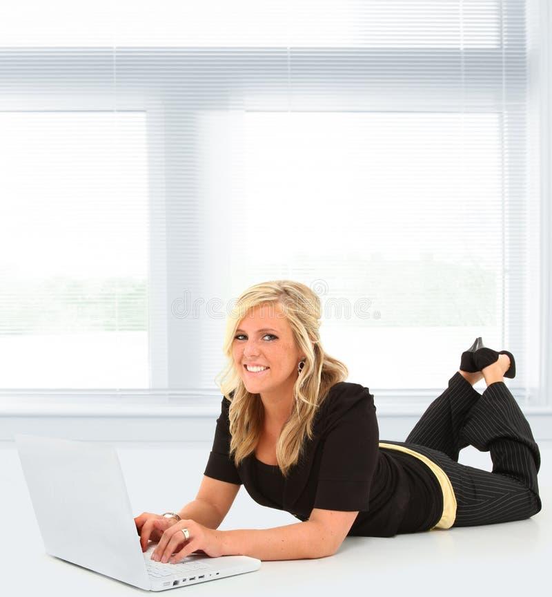 Frau auf Laptop lizenzfreies stockbild