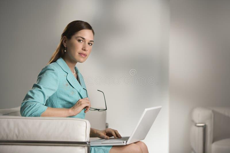 Frau auf Laptop. stockfoto