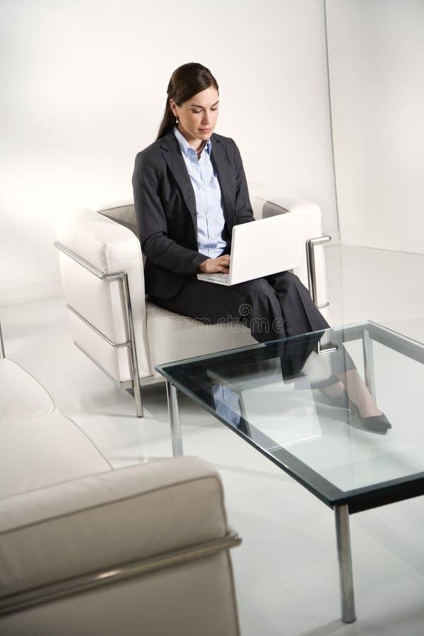 Frau auf Laptop. lizenzfreie stockfotos