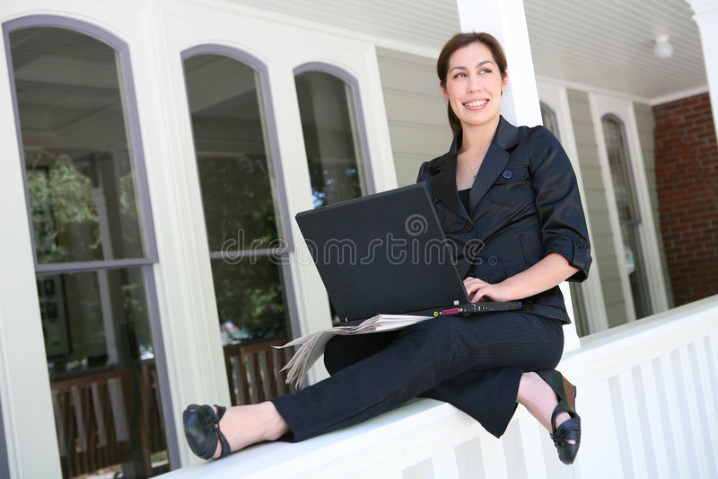 Frau auf Laptop-Computer zu Hause stockfotos