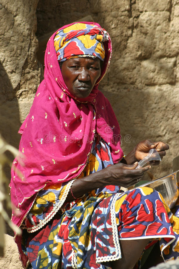 Frau auf Markt in Mali lizenzfreie stockfotos