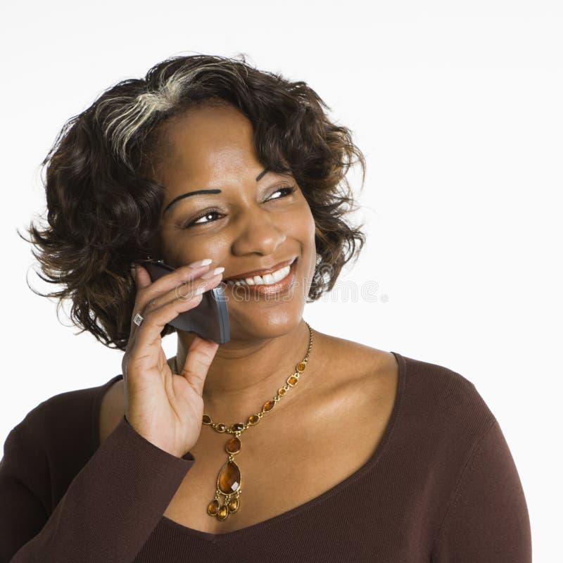 Frau auf Mobiltelefon. stockbild