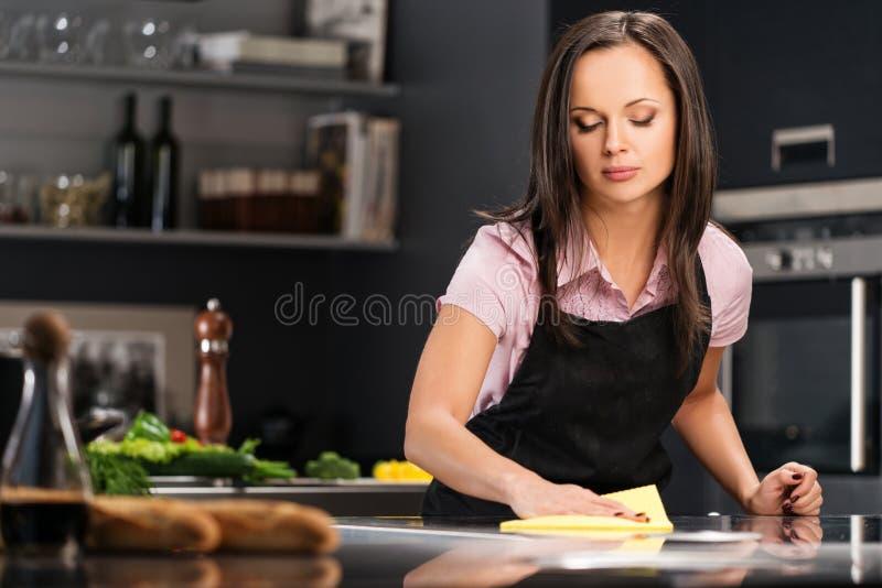 Frau auf moderner Küche lizenzfreie stockfotografie