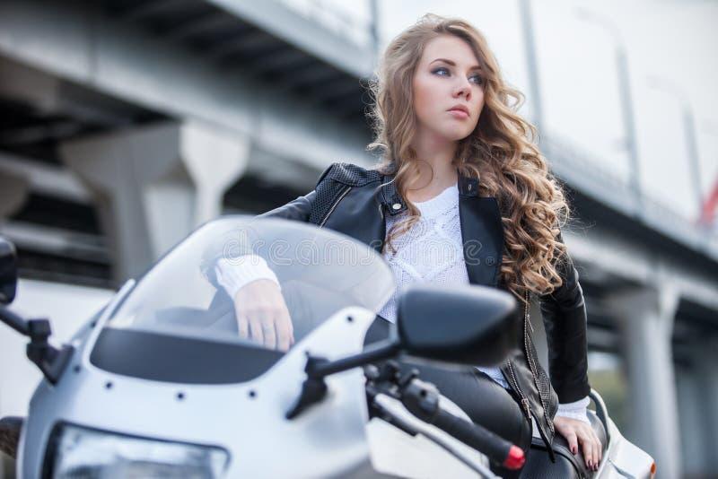 Frau auf Motorrad lizenzfreie stockfotos