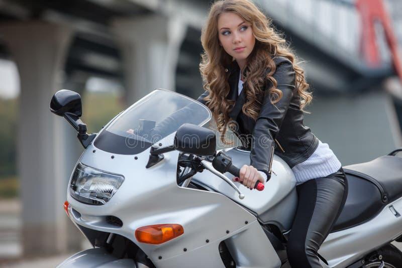 Frau auf Motorrad stockbild