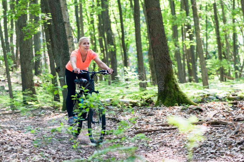 Frau auf Mountainbikefahrrad stockbild