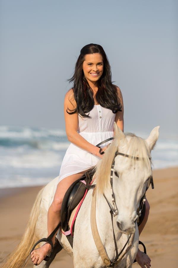 Frau auf Pferd lizenzfreie stockfotos