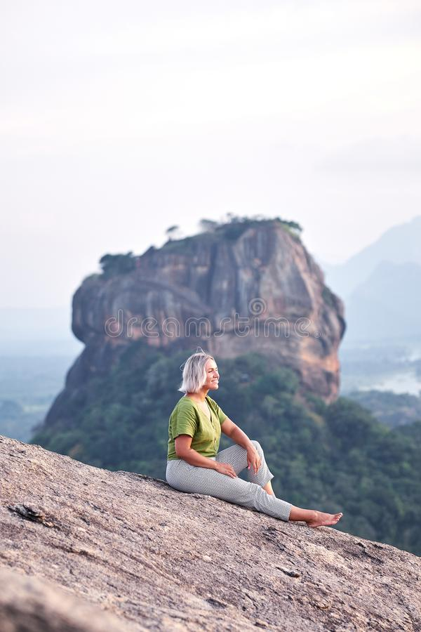 Frau auf Pidurangala-Felsen mit Ansicht über Sigiriya stockfoto