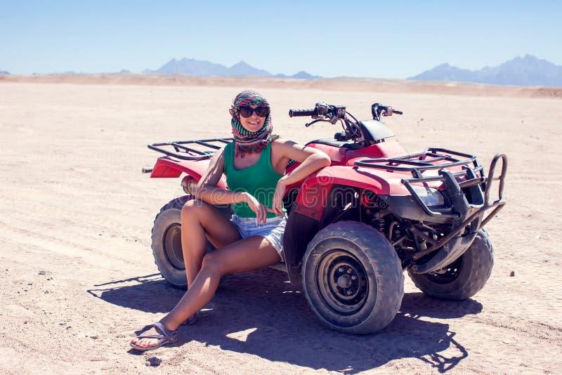 Frau auf Quad in der Wüste lizenzfreie stockfotografie