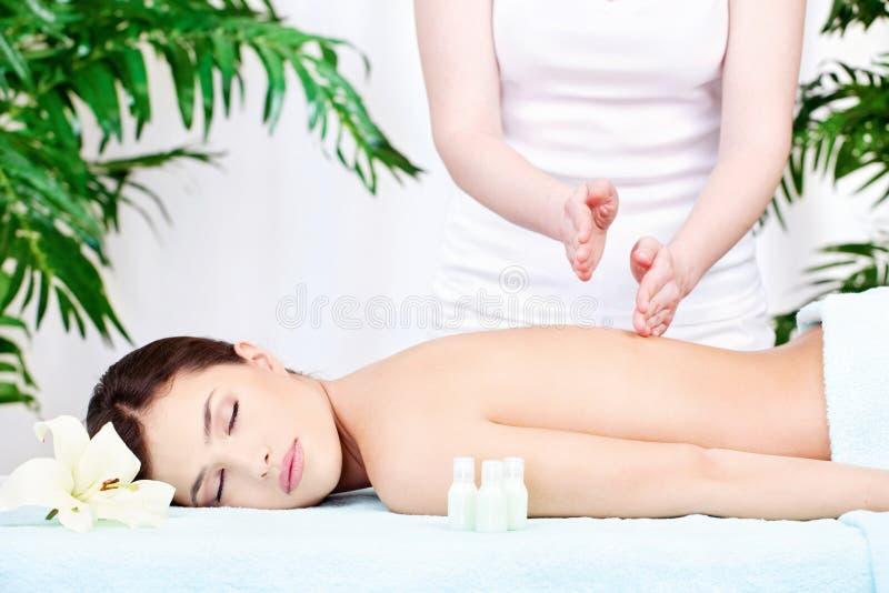 Frau auf Rückenmassage stockfotografie