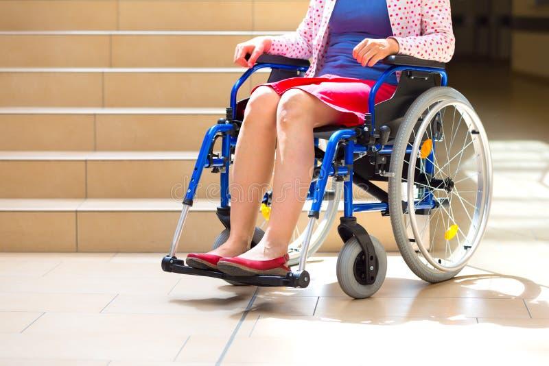 Frau auf Rollstuhl und Treppe stockbilder
