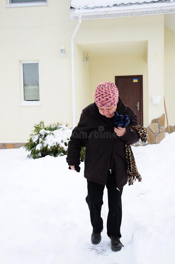 Frau auf Schnee stockbild
