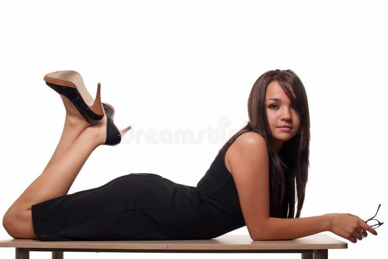 Frau auf Schreibtisch stockfotografie
