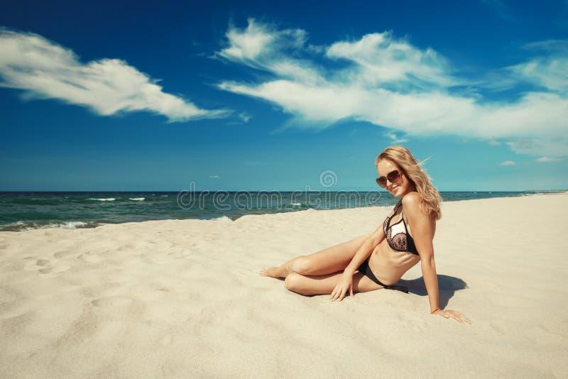 Frau auf Seestrand lizenzfreie stockfotografie