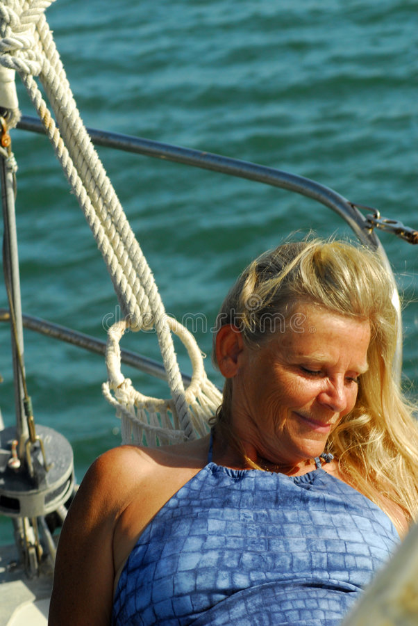 Frau auf Segelboot stockfoto