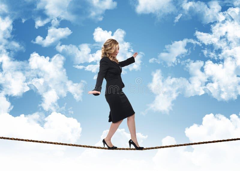 Frau auf Seil stockfotografie