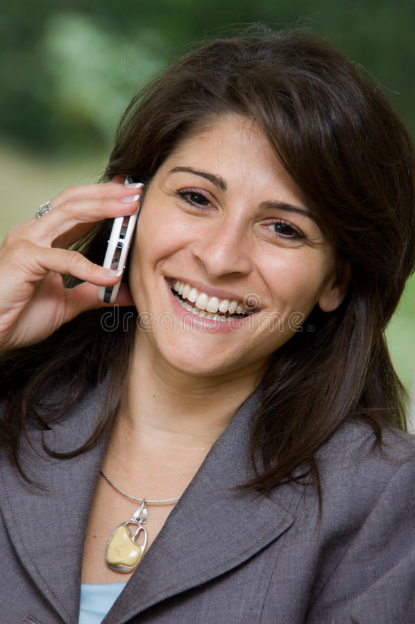 Frau auf Smartphone stockfoto