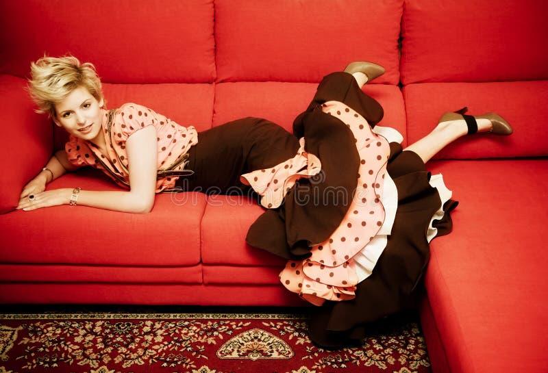 Frau auf Sofa stockfoto